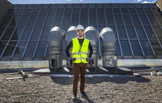 Projektledaren Christer Ek står på Kulturhusets tak.