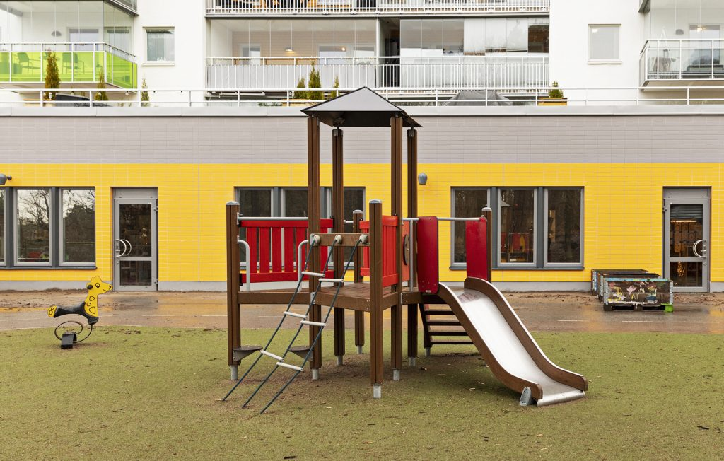 Förskolan Mejeriet ligger i bottenvåningen av ett nybyggt sexvåningshus längs Årstastråket.